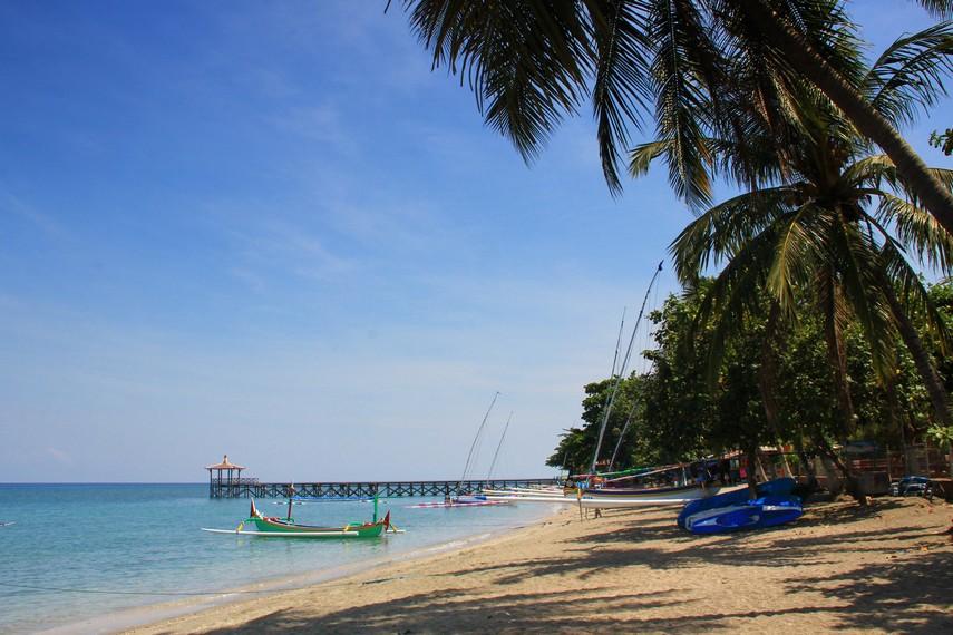 Keberadaannya yang berada di utara Pulau Jawa, membuat ombak pantai ini tidak terlalu besar dan cocok untuk wisata keluarga