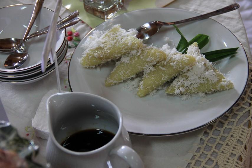 Kue lupis biasanya dinikmati dengan siraman gula aren cair