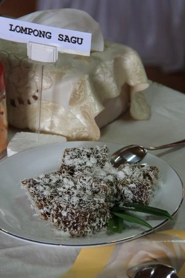 Kue yang terbuat dari tepung sagu yang diaduk bersama pisang kepok, santen, kelapa, dan gula aren ini memiliki citarasa yang manis