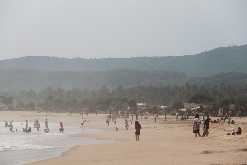 Suara debur ombak bercampur keriuhan pengunjung menjadi pemandangan tersendiri di Pantai Pasir Putih Sawarna
