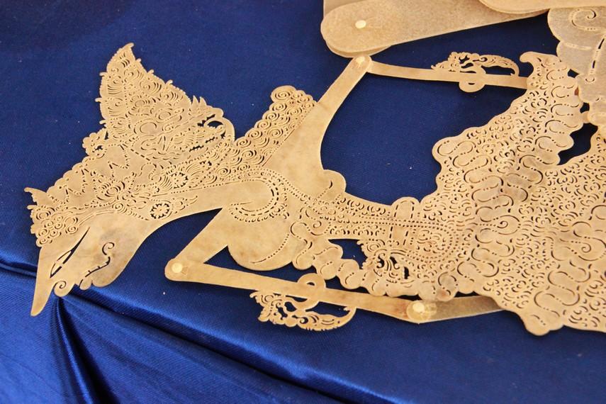 Proses pembuatan wayang kulit melewati berbagai tahapan, dimulai dari mencetak pola, menatah, dan mewarnai