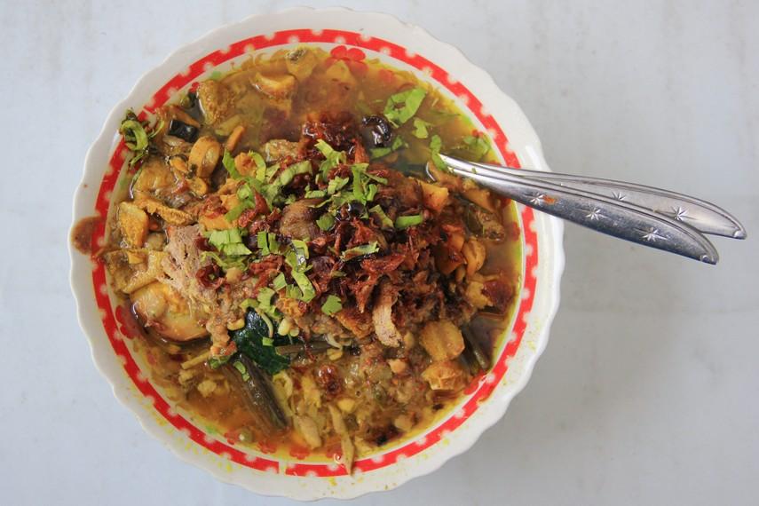 Cita rasa khas Jawa Timur belum terasa lengkap jika belum ditambahkan petis dan asam pada pembuatan bumbu rujak