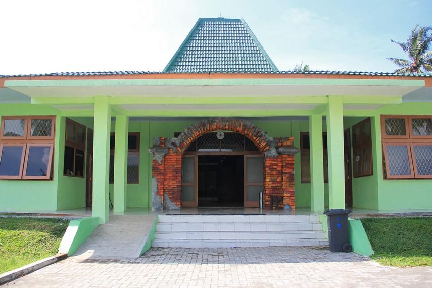 Museum Situs Kepurbakalaan Banten Lama berjarak 12 Km arah utara dari pusat Kota Serang