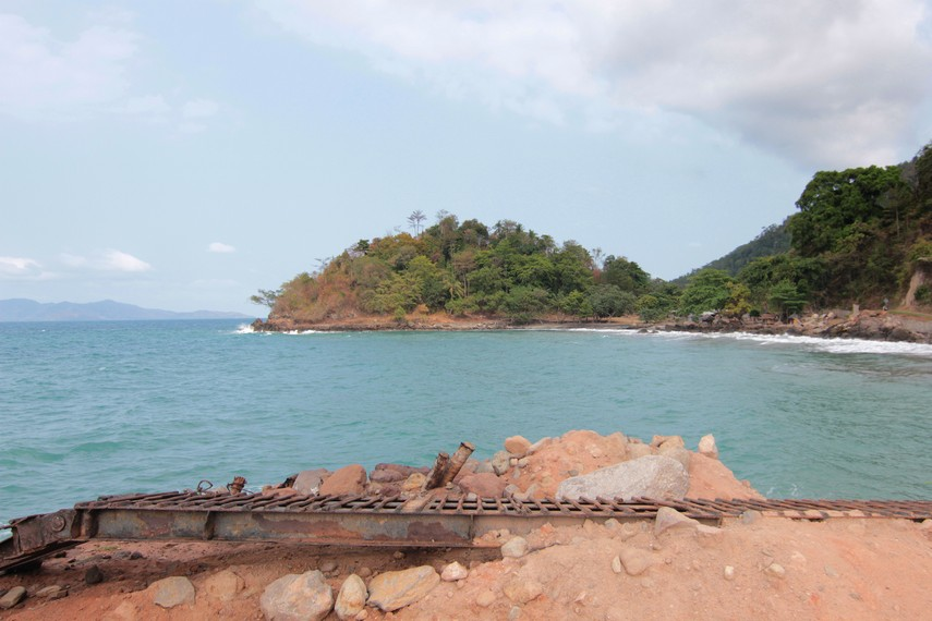Pengelola pantai ini konon dahulu dikelola oleh warga lokal yang berprofesi sebagai wartawan