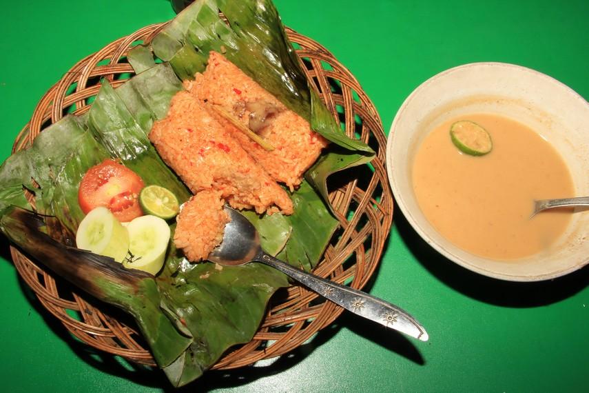 Menikmati nasi bakar sumsum yang disajikan dengan sambal kacang yang dapat menggugah selera makan