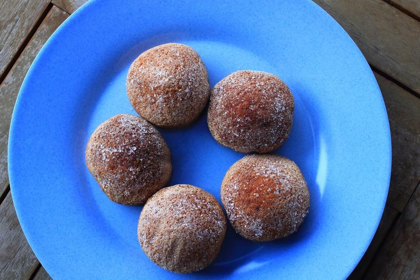 Berbeda dengan bolu peca yang terdapat siraman gula didalamnya, bolu cuke justru memiliki tekstur lebih kering