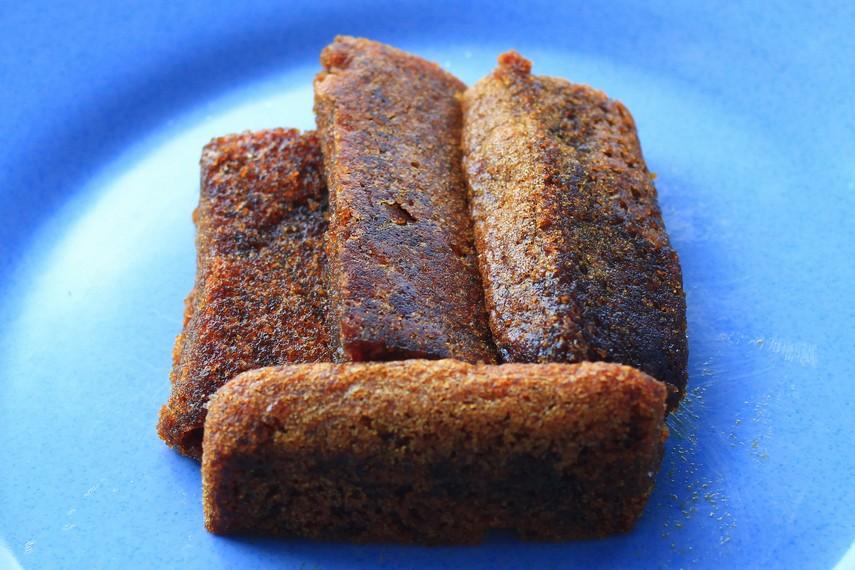 Kue ini biasanya disajikan saat acara-acara resmi yang diadakan Suku Bugis seperti pernikahan