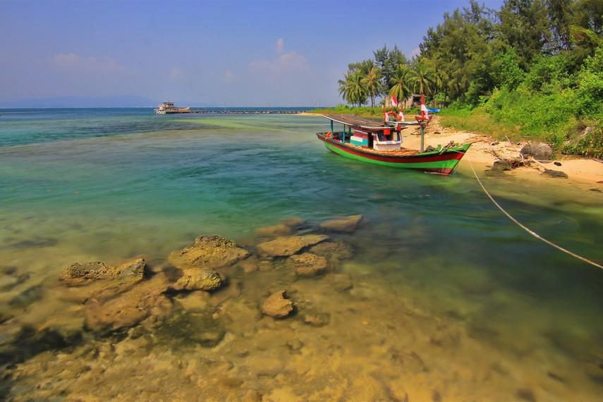 Pulau ini merupakan destinasi wisata dengan jelajah pulau, snorkeling, hingga panorama matahari tenggelam sebagai andalannya