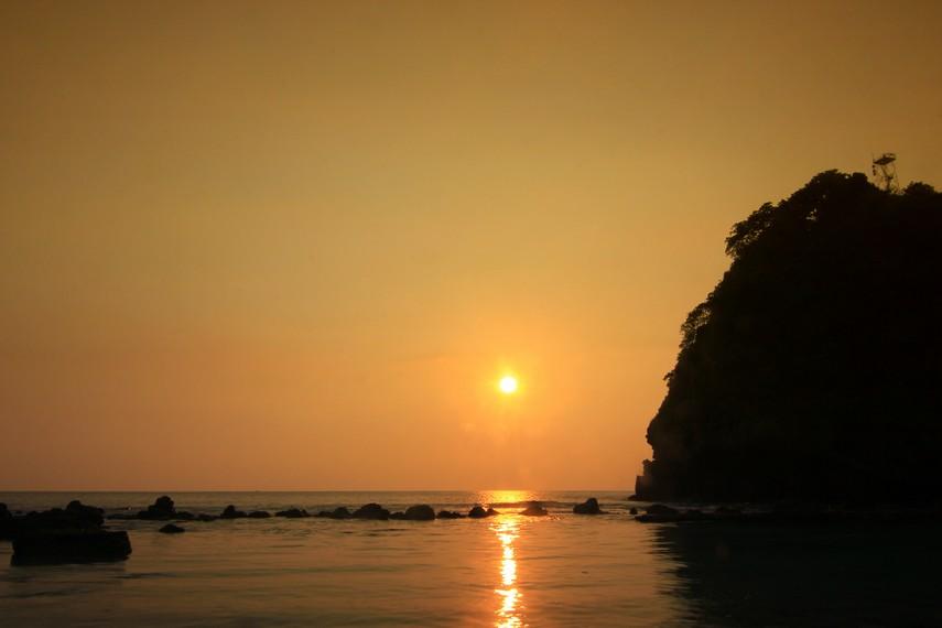 Dari Pantai Batu Mandi inilah tenggelamnya sang surya di ufuk timur terlihat sangat sempurna