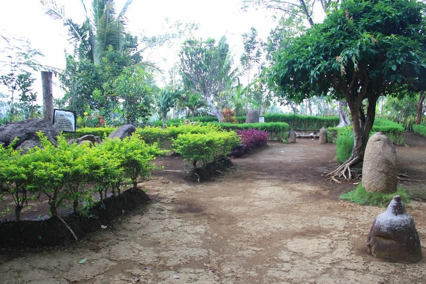 Untuk menuju situs ini, dari alun-alun Kota Jember ke Desa Kamal hanya berjarak sekitar 16 km