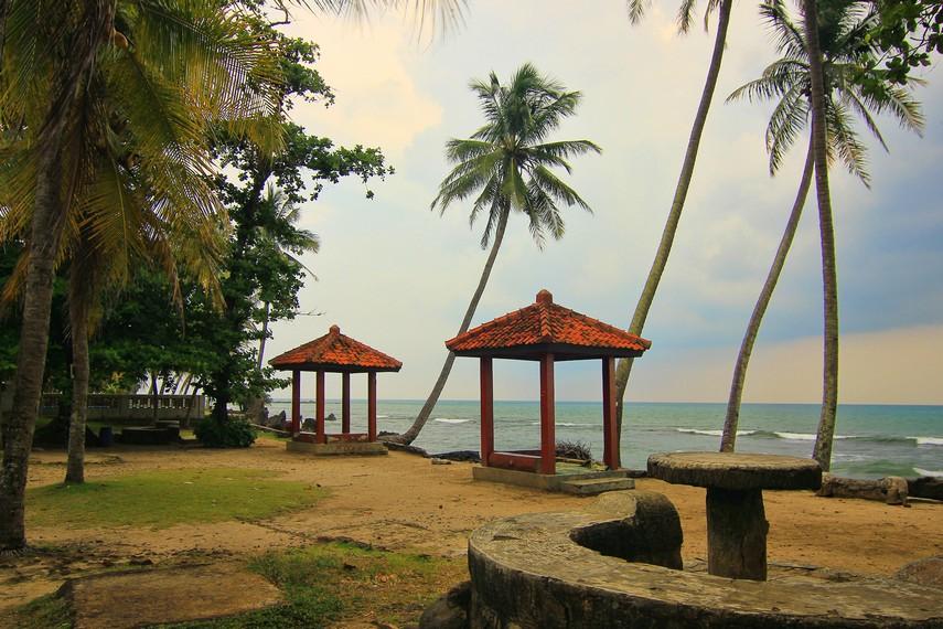 Pantai Karang Bolong bagai menjadi magnet yang selalu menarik pengunjung untuk datang