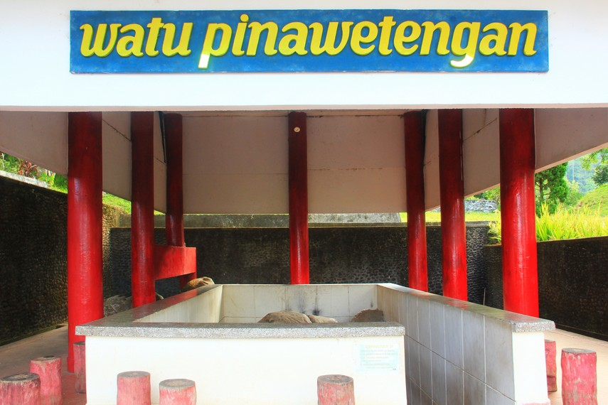Watu Pinawetengan dahulu digunakan oleh para leluhur (apo) sebagai tempat pertemuan dan musyawarah untuk menentukan sesuatu