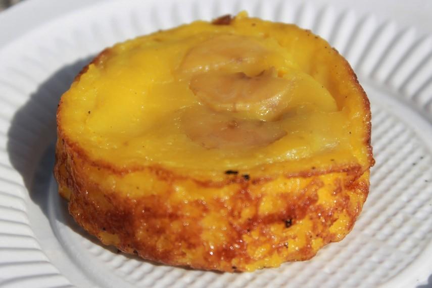 Sepintas roti pisang mirip dengan bingka, tetapi memiliki aroma dan tekstur yang khas karena tambahan pisang di dalamnya