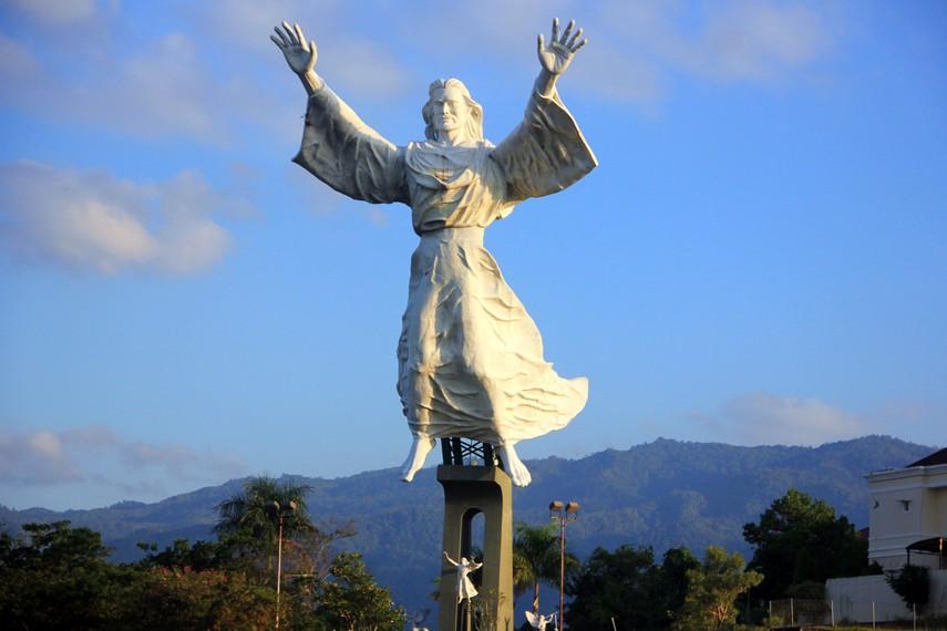 Monumen ini kerap disamakan dengan Patung Cristo Redentor, Patung Yesus yang berada di Rio de Janeiro, Brasil