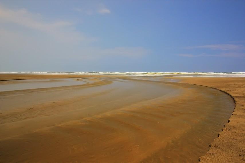 Keunikan Pantai Bagedur terletak pada garis pantainya yang panjang dan luas