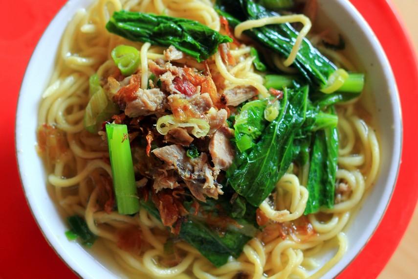 Mie dengan aroma ikan cakalang yang kuat ini biasa disajikan dengan bumbu yang antara lain terdiri dari bawang merah, dan daun bawang