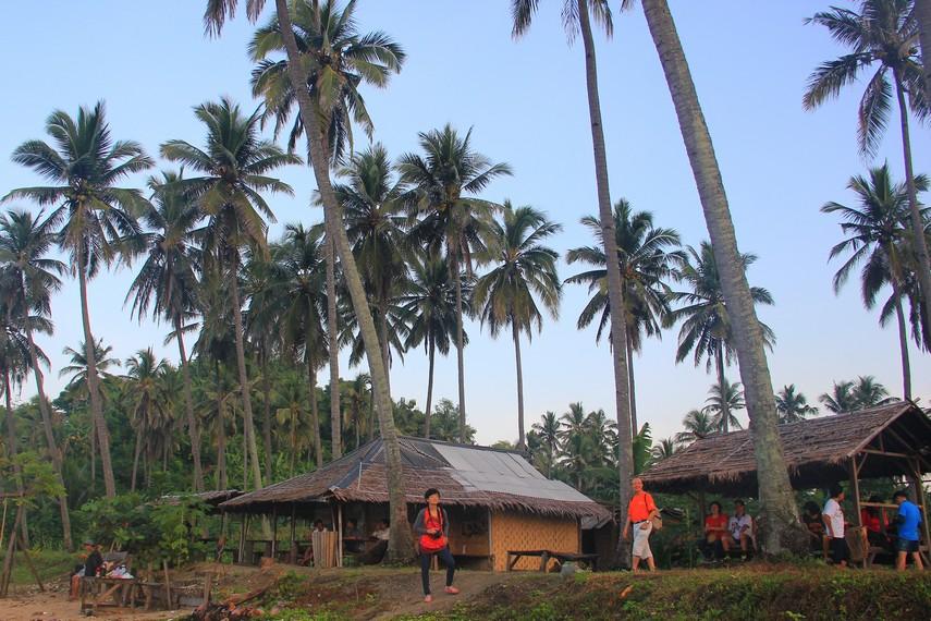 Untuk menuju pantai ini, pengunjung membutuhkan waktu sekitar 40 menit dengan jalan kaki atau 15 menit dengan sepeda motor dari Kampung Cikaung