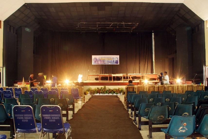 Dalam taman budaya yang diresmikan pada 8 Januari 1987 ini biasa digelar aneka pertunjukan kesenian khas Sulut