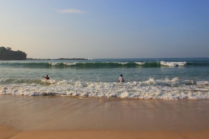 Menikmati gulungan ombak menjadi aktivitas yang menyenangkan di Pantai Legon Pari