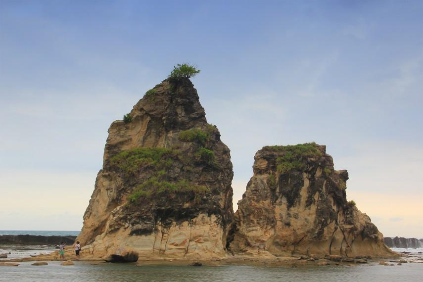 Tebing berbentuk menyerupai layar perahu ini menjadi magnet tersendiri bagi para wisatawan