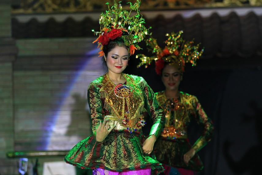 Tarian ini menceritakan tentang ketekunan dan kegembiraan para gadis Palembang dalam kegiatan menenun songket
