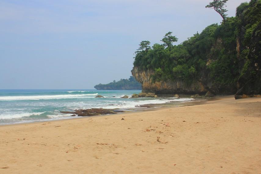 Pantai Gua Langir berjarak 1 km dari Kampung Cikaung, tempat di Desa Sawarna yang paling ramai dengan penginapan