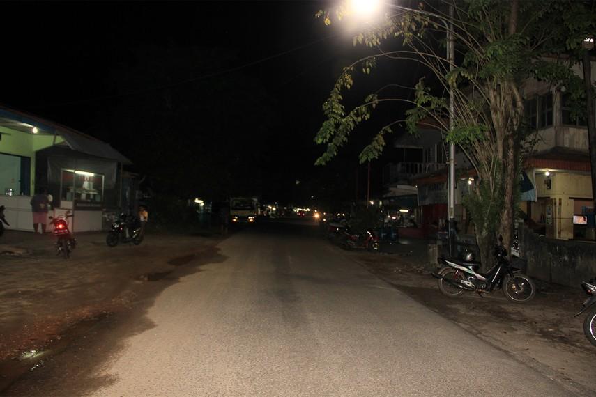 Jalan Jendral Sudirman di Manggar Belitung tidak pernah sepi dari aktivitas warga yang minum kopi sambil mengobrol hingga larut malam