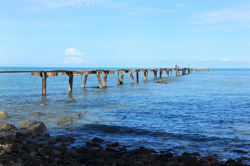 Jembatan ini dahulu digunakan kapal-kapal timah untuk mengisi minyak sebelum kembali ke laut membawa hasil tambang