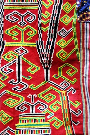 Kain tenun sungket menjadi salah satu kain tenun kebanggaan masyarakat Suku Dayak Iban