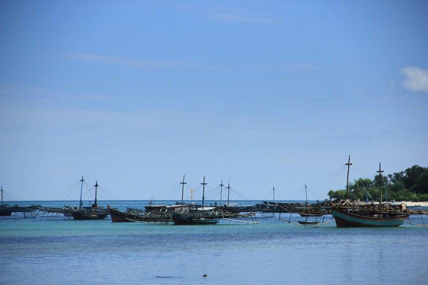 Kapal-kapal nelayan yang bersandar di pantai menjadi pemandangan yang bisa kita lihat di Kampung Nelayan Tanjung Binga