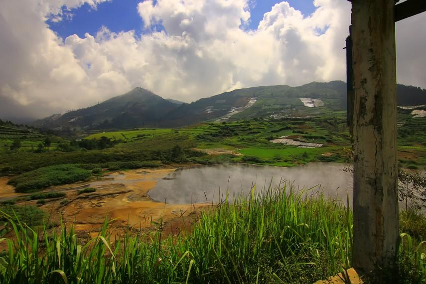 Kawah dengan luas sekitar 1 hektare ini berada di antara Bukit Bima Sakti, Bukit Semancar, Bukit Gajah Mungkur, dan Bukit Penglimuran