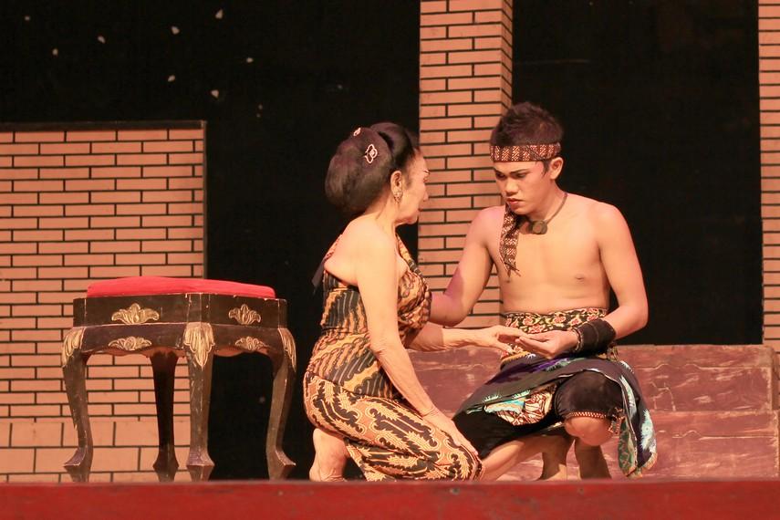 Ketoprak diperkirakan dibuat pada awal abad 19 oleh seorang musisi Keraton Surakarta