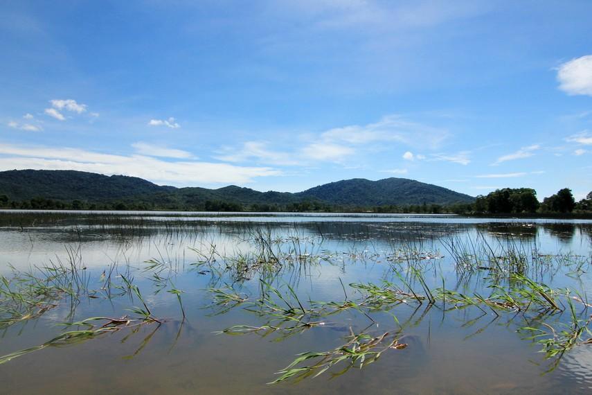 Letak danau ini berada di Kampung Mempayak, Belitung atau sekitar satu jam dari Kota Tanjung Pandan