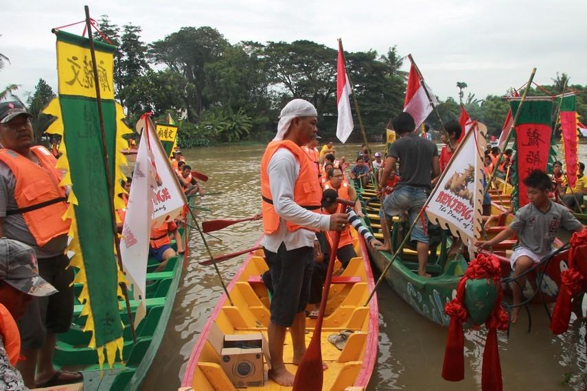 Lomba perahu naga selalu diadakan setiap tahun oleh perkumpulan Boen Tek Bio bekerjasama dengan pemerintah Kota Tangerang