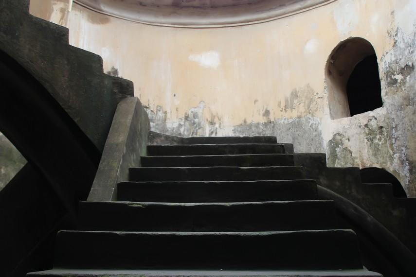 Masjid Pendem berbentuk lingkaran. Di tengahnya terdapat tangga yang menghubungkan lantai dasar dengan lantai atas