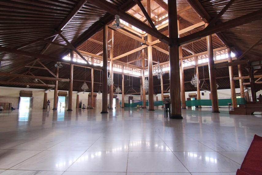 Masjid ini dibangun oleh Pakubuwono III pada tahun 1949. Pembangunannya terinspirasi Masjid Agung Demak