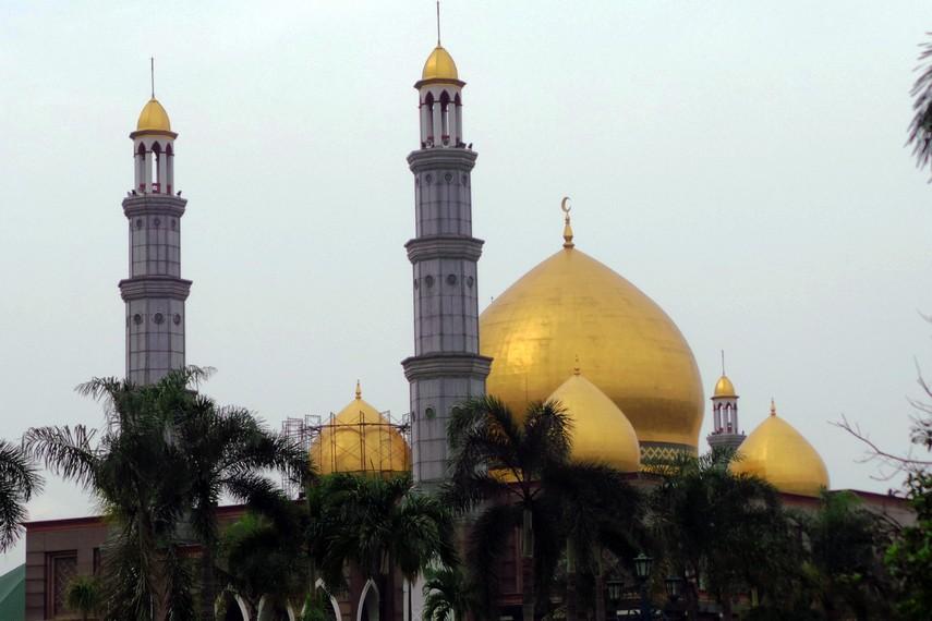 Masjid ini dikenal dengan nama Masjid Dian Al Mahri ini berada di area seluas sekitar 50 hektar
