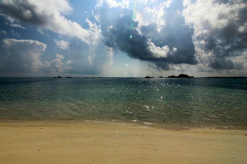 Merasakan sedikit sensasi berbeda dengan menceburkan diri ke air laut yang ada di sekeliling Pulau Pasir menjadi hal yang menyenangkan
