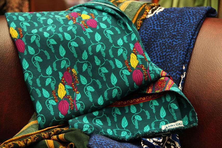 Motif-motif flora menjadi salah satu motif yang banyak digemari pembeli. Motif kembang gajah salah satunya