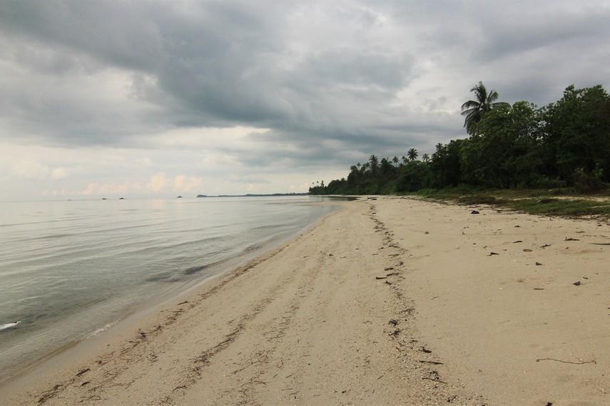 Pantai Ketapang relatif lebih sejuk bila dibandingkan dengan pantai-pantai lain yang ada di Desa Sijuk