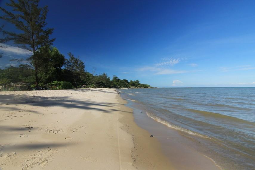 Pantai Nyiur Melambai memiliki pasir putih dan dikelilingi pepohonan hijau yang rindang