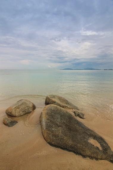 Pantai Parai Tenggiri berada di Desa Sinar Baru, Kecamatan Sungailiat, Bangka