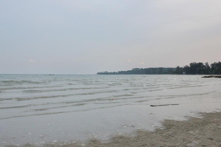 Pantai Pasir Padi berjarak sekitar 7 km dari pusat Kota Tanjung Pinang