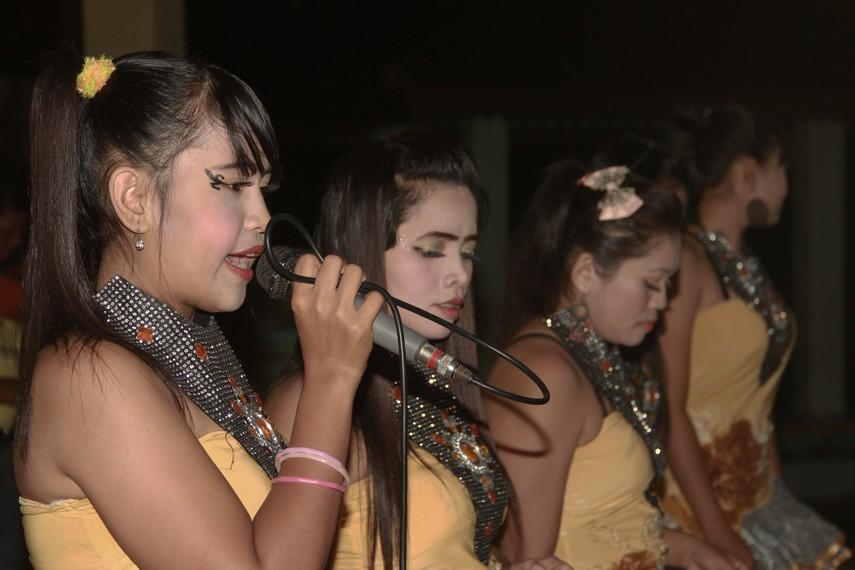 Para biduan wanita dalam kesenian campak tidak hanya memiliki keahlian menyanyi tapi juga berbakat dalam berpantun
