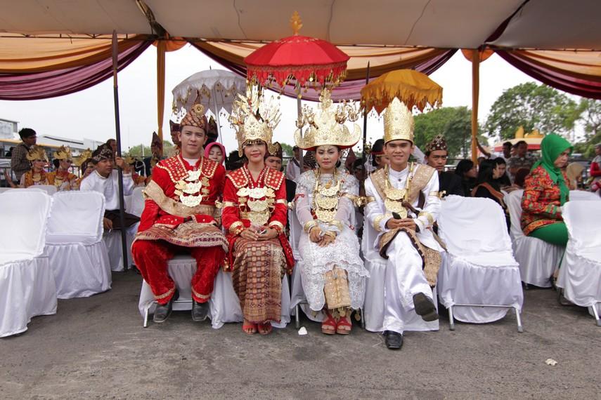 Para pemuda dan pemudi mengenakan pakaian khas Lampung dalam Festival Krakatau
