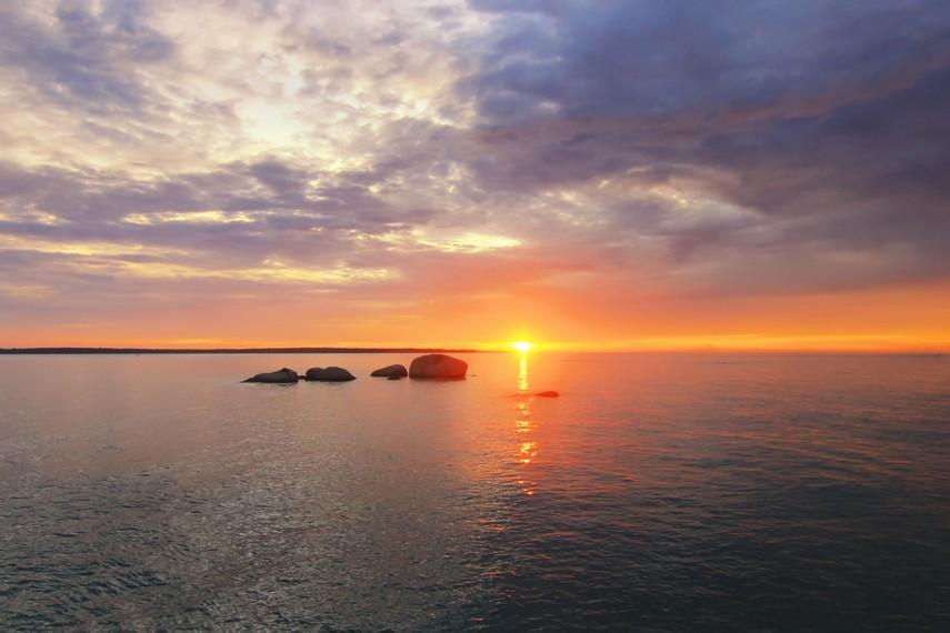 Pemandangan sunset menjadi sajian terindah di Pantai Awan Mendung