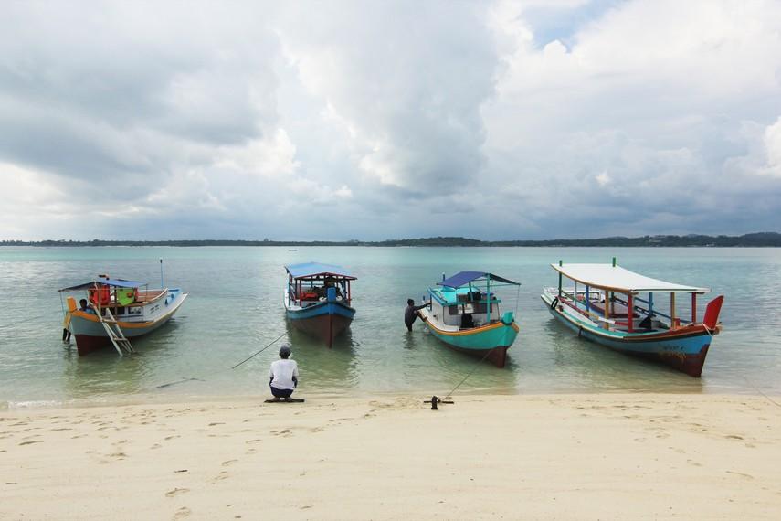 Perahu-perahu nelayan yang mengantarkan pengunjung menuju Pulau Burung