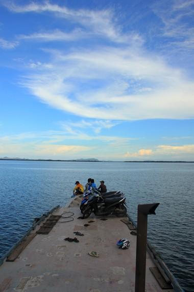 Perjalanan menuju Selat Nasik membutuhkan waktu sekitar setengah jam dengan menggunakan kapal dari pelabuhan Penggantongan