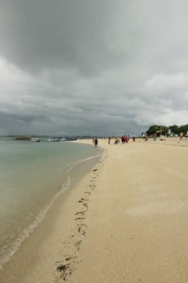 Pulau Kepayang memiliki garis pantai yang panjang dan dapat dinikmati pengunjung untuk berjalan-jalan