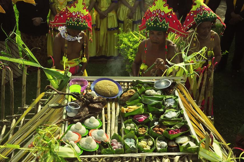 Ritual Menjamu Benua dilakukan di tiga titik, yaitu Kepala Benua (Mangkurawang), Tengah Benua (Keraton), dan Buntut Benua (Timbau)